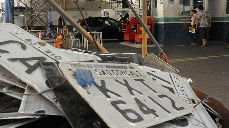 Rodar com a placa ilegível, quebrada, sem o lacre ou tarjeta: multa e apreensão - Infomoto