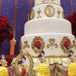 Nesta festa, a versão desenho da personagem bela foi usada na decoração da mesa. Já no bolo, o destaque fica para a rosa vermelha guardada dentro de uma redoma pela Fera. Na história, quando a última pétala cair, ele e todos os funcionários do castelo ficam daquele jeito para sempre. O candelabro Lumiere também tem destaque no bolo - Reprodução/Pinterest