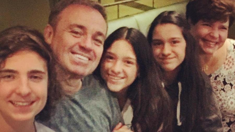 Gugu Liberato com os três filhos (João Augusto, Marina e Sofia) e a mãe deles, Rose Miriam - Reprodução/Instagram/guguliberato