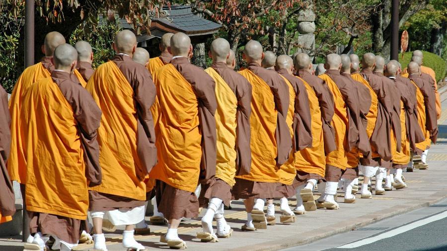 Monges budistas andam em grupo santuário de Koyasan - Getty Images