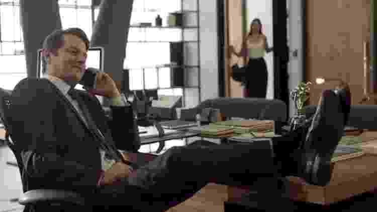 """Malagueta (Marcelo Serrado) conversa ao telefone em """"Pega Pega"""" - Reprodução/GShow - Reprodução/GShow"""