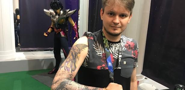 Maicon Chiaparini fez uma tatuagem dos Cavaleiros do Zodíaco em todo o braço