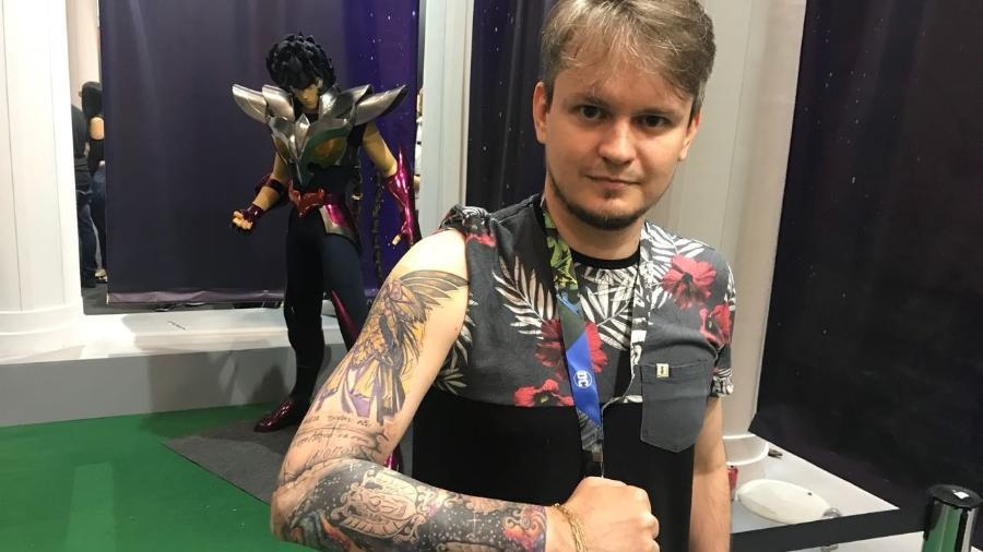Maicon Chiaparini fez uma tatuagem dos Cavaleiros do Zodíaco em todo o braço - Felipe Branco Cruz/UOL