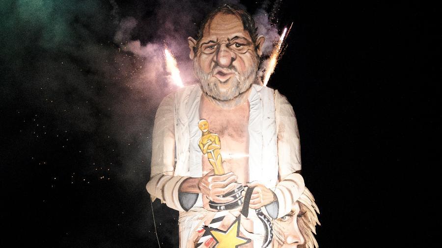 Boneco representando o produtor de cinema Harvey Weinstein é queimado em festival na Inglaterra. Todos os anos uma celebridade polêmica é escolhida para queimar no evento - Jack Taylor/Getty Images