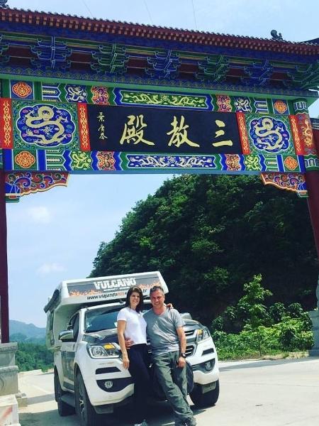 Amandio Palhares e Joselle Pinheiro com uma Chevrolet S10 na China - Arquivo pessoal
