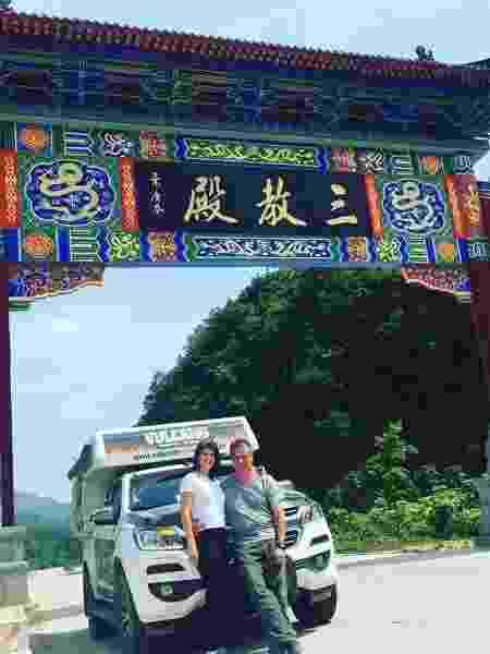 c9a27ee96e Dá para ir até a China de carro  Casal brasileiro foi e conta a história