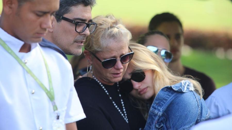 Xuxa Meneghel consola a filha, Sasha, em enterro de dona Alda - Daniel Pinheiro/AgNews
