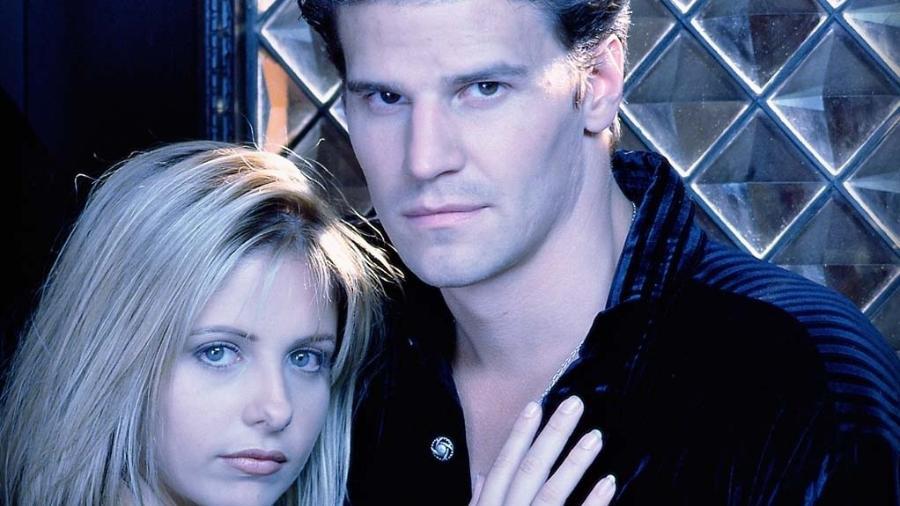 """Sarah Michelle Geller e David Boreanaz em cena de """"Buffy: A Caça-Vampiros"""" - Reprodução"""