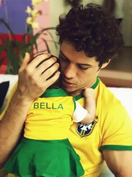 José Loreto segura Bella, vestida com roupa verde e amarela - Reprodução/Instagram/debranascimento