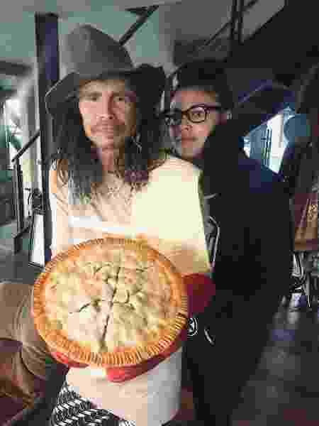 Steven Tyler, Mia Tyler e sua torta de frango - Instagram/Reprodução