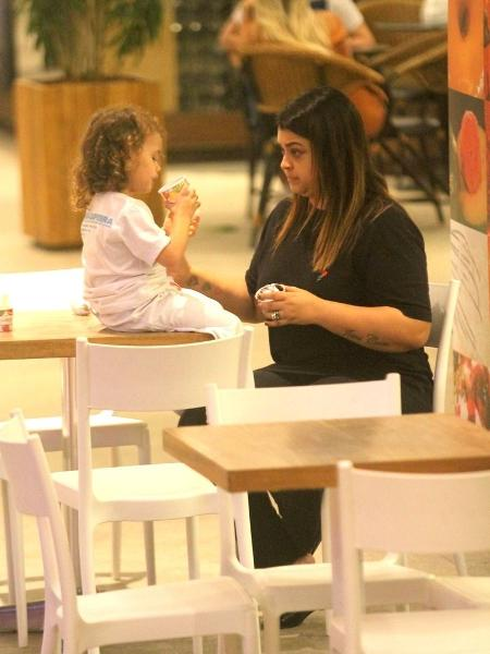 Preta Gil vai a sorveteria com a neta - Daniel Delmiro/AgNews