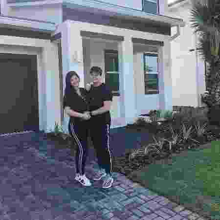 Matheus Aleixo e a mulher, Paula Aires, na nova residência do casal, em Orlando (EUA) - Reprodução/Instagram/paula_aires