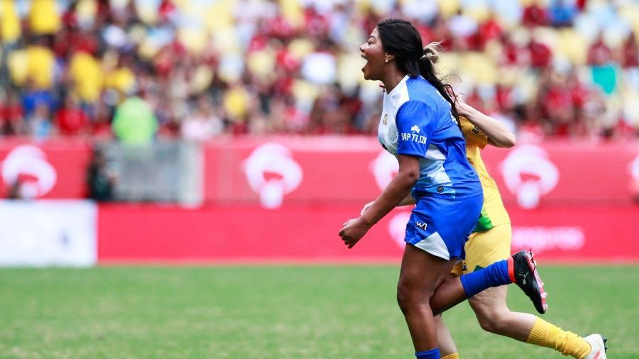 Ludmilla joga no Maracanã e comemora o segundo gol da equipe azul na partida dos artistas no Jogo das Estrelas de Zico - Roberto Filho/Brazil News