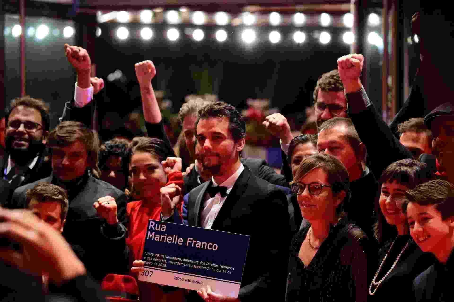 """Wagner Moura leva placa da rua Marielle Franco, destruída durante as últimas eleições no Rio de Janeiro, para o tapete vermelho do Festival de Berlim, onde ele divulga o filme """"Marighella"""" - Tobias Schwarz/AFP"""