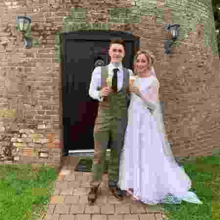 Cat Wilkinson e seu marido, Mike: ela encontrou o vestido perfeito um dia depois de noivar - Arquivo Pessoal