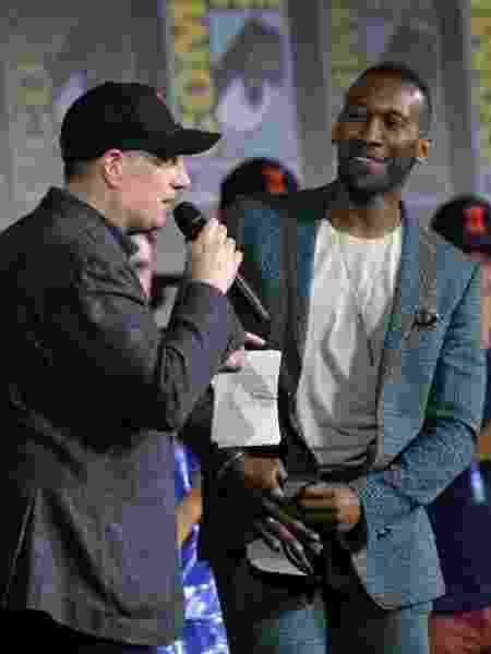 Kevin Feige recebe Mahershala Ali no painel - Chris Delmas/AFP