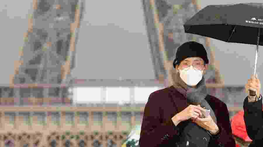 Turista usa máscara em Paris - REUTERS/Charles Platiau