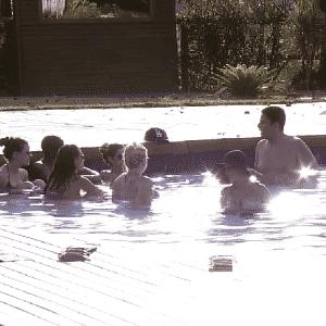 24.set.2015 - Participantes passam a tarde conversando na piscina - Reprodução/Record