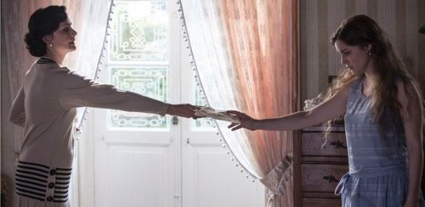 """Iolanda (Lavínia Pannunzio) descobre cartas escondidas por Cecília (Alice Wegman) em """"Ligações Perigosas"""" - Reprodução/""""Ligações Perigosas""""/GShow"""