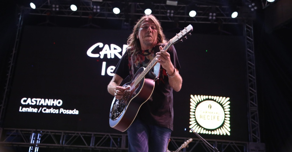 "7.fev.2016 - O cantor Lenine apresenta show do álbum ""Carbono"" no Carnaval do Recife, no palco do Marco Zero"