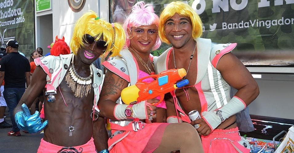"""8.fev.2016 - Inspirados pelo hit do Carnaval, """"Paredão Metralhadora"""", do grupo Vingativa, homens acompanham As Muquiranas com metralhadoras de brinquedo"""