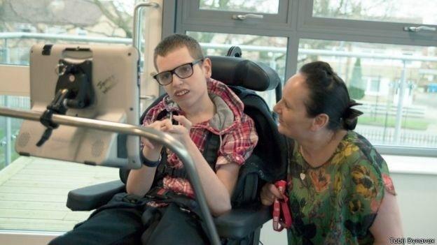 James Walker, 16, está usando sistema de computador para se comunicar