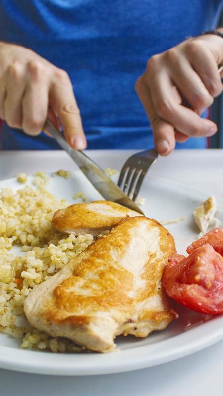 Prato com muita proteína: arroz integral, frango e tomate - iStock
