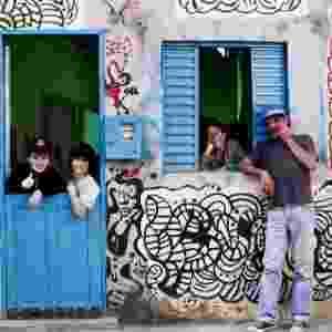 """Fred (Quico), Moleque (Chaves) e Fran (Chiquinha) dentro da casa de Soneca (Seu Madruga) no curta """"Moleque"""", adaptação brasileira de """"Chaves"""" - Montagem/Reprodução/Televisa/Filipe Tavares/Divulgação"""