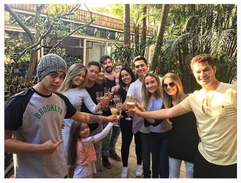 d9890b81d41 14.ago.2016 - O cantor Leonardo conseguiu reunir 5 dos seus 6 filhos