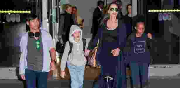 2.mar.2016 - Pax Jolie Pitt, Shiloh Jolie Pitt, Angelina Jolie e Zahara Jolie Pitt desembarcam no aeroporto de Los Angeles. Na época, já existia rumores de que o casal Brangelina enfrentava uma crise - AKM
