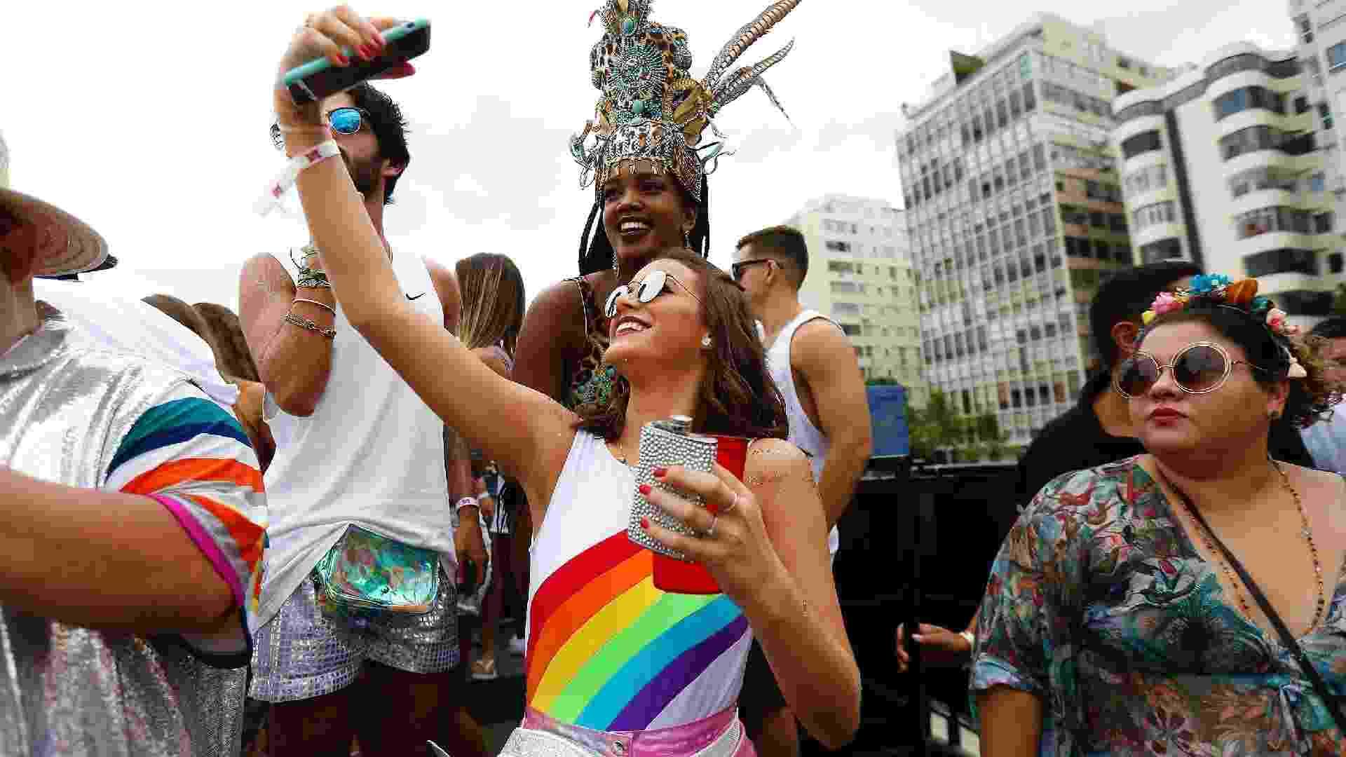 Sem Neymar, Bruna Marquezine caiu no funk carioca no Bloco da Favorita, na praia de Copacabana, no Rio de Janeiro - Marcelo de Jesus/UOL