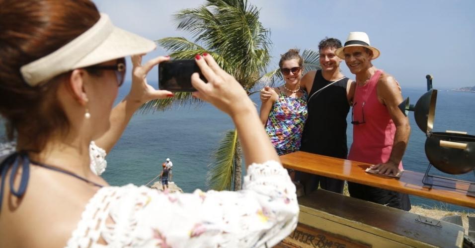 Mario Gomes tira fotos com fãs na praia da Joatinga