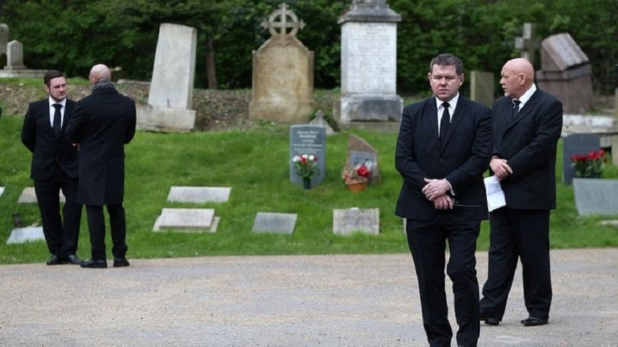 Seguranças fazem ronda no cemitério Highgate, em Londres - Neil Hall/Reuters