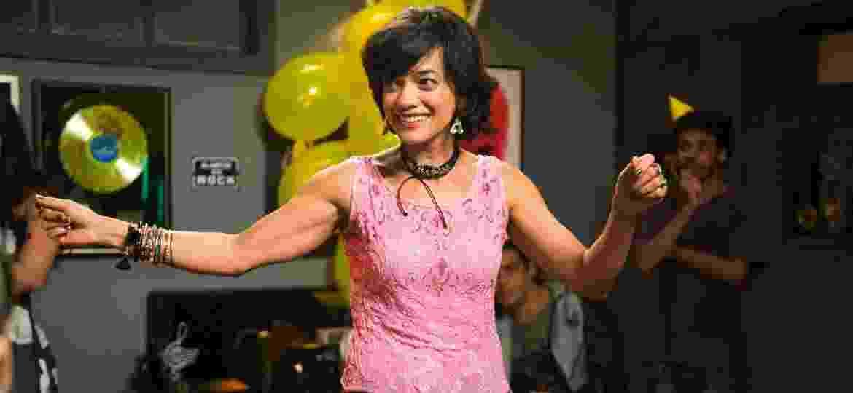 """Ana Cecília Costa na cena em que Mariane invade o aniversário do filho, Zac (Nicolas Prattes), em """"Rock Story"""" - Raquel Cunha/TV Globo"""