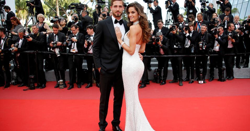 A top Izabel Goulart acompanha o namorado, Kevin Trapp, no tapete vermelho do filme The Killing of a Sacred Deer, no Festival de Cannes 2017