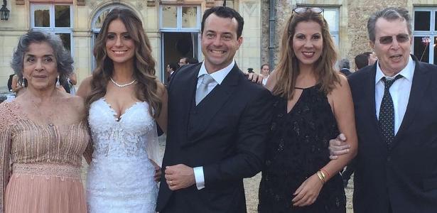 João Daniel, filho caçula de Betty Faria e Daniel Filho, posa com os pais e a noiva