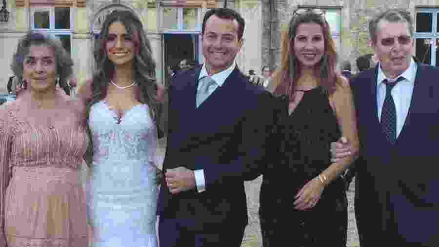 João Daniel, filho caçula de Betty Faria e Daniel Filho, posa com os pais e a noiva  - Reprodução/Instagram