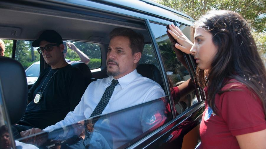 Eduardo (Edson Celulari) é preso, enquanto Pérola (Raiyssa Bratillieri) observa - Estevam Avellar/TV Globo