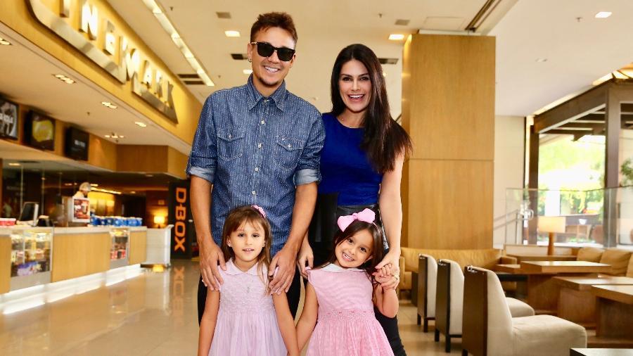 Natália Guimarães e Leandro, do KLB, com as filhas, Maya e Kiara - Manuela Scarpa/Brazil News