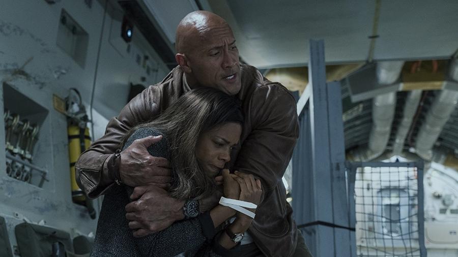 """Naomie Harris e Dwayne Johnson em cena de """"Rampage: Destruição Total"""" - Divulgação"""