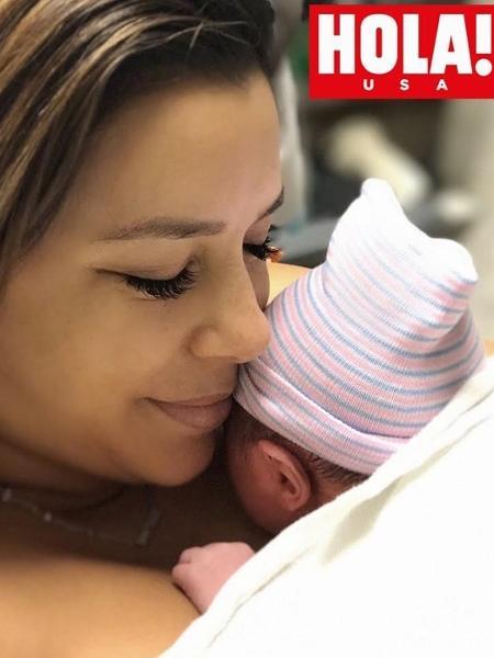 Eva Longoria com o filho recém-nascido no colo - Reprodução/Hola!