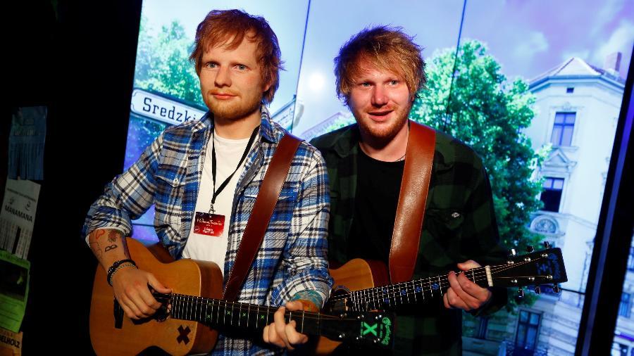 Sósia de Ed Sheeran aparece ao lado da estátua de cera do cantor no Madame Tussaud de Berlim - REUTERS/Fabrizio Bensch