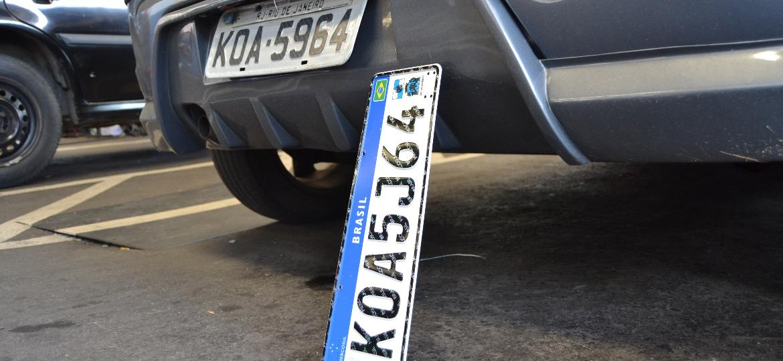 Resultado de imagem para carro com placa cinza
