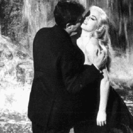 """O clássico """"A Doce Vida"""", de Fellini, com Anita Ekberg e Marcello Mastroianni, está entre os 10 primeiros colocados da votação - BBC"""