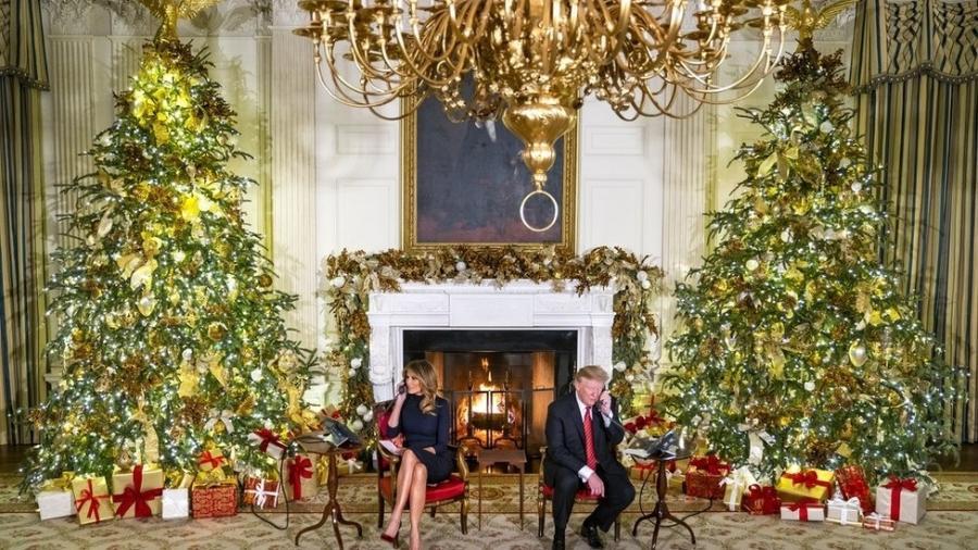 Donald J. Trump (à direita) e a primeira-dama Melania (à esquerda) atendem telefonemas - Divulgação