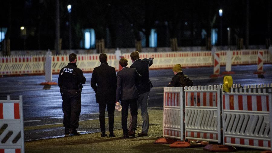 Integrantes do grupo Alternative for Germany conversa com policial em Berlim - Gregor Fischer/Getty Images