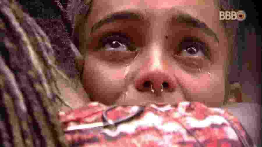 Gabriela chora abraçada pro Rodrigo na cozinha - Reprodução/GloboPlay