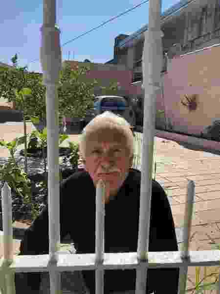 O aposentado José Marques, que mora na mesma rua onde Rafael e sua família foram mortos, José Marques relatou que ouviu os disparos - Felipe Pinheiro/UOL