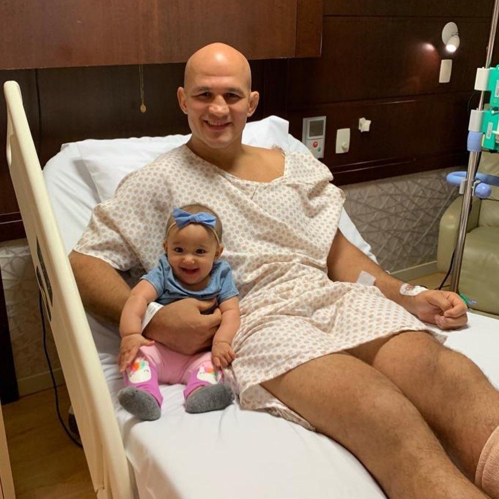 Junior Cigano e a filha, Maria, de 4 meses