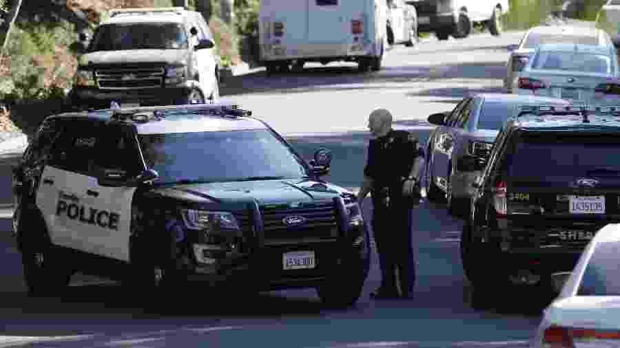 Equipe policial trabalha no local de tiroteio, em casa alugada na Califórnia - Li Jianguo